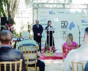 Patricia Telles dando início à cerimônia de 50 anos da ARCNF