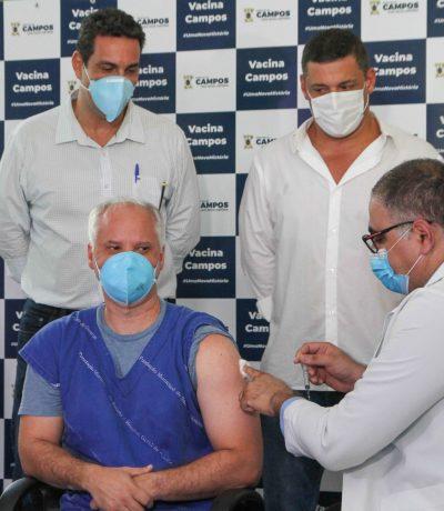 A primeira pessoa a ser vacinada em Campos foi o enfermeiro André Luiz Gomes de Oliveira, 46 anos, que atua na Unidade de Pacientes Graves do HGG