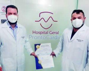 Dr. Felipe Barbosa e Dr. Alexandre Sá com o certificado