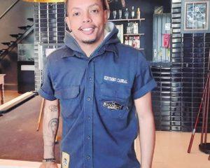 O barbeiro e sócio-proprietário da Rockabilly Barbearia, Kevinho Cabral