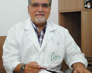 O médico especialista em clínica médica e professor Dr. Cláudio Cola