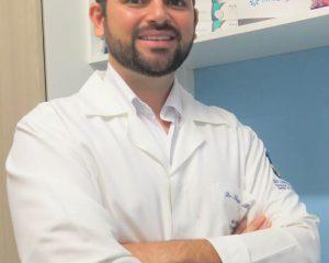 O cirurgião-dentista com Mestrado em Ortodontia, Dr. Thiago Barros