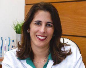 A cirurgiã dentista Dra. Luciana Barbosa, Periodontista e Mestre em Imunologia