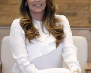 Dra. Renata Gontijo, especialista em Vídeo Colposcopia, Doutora em Ginecologia pela Unicamp e Coordenadora do curso de Medicina da UniRedentor, em Itaperuna