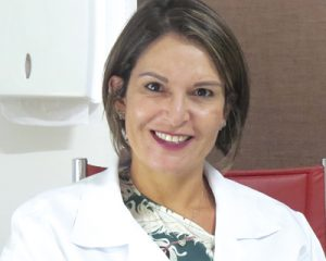 A médica dermatologista Dra. Roberta Cesário