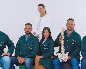 A equipe de quiropraxia, formada por Dr. Leandro, Dr. Thiago, Dra. Renata, Dr. Matheus e Dr. Carlos Frederico, junto à fisioterapeuta e gestora da FisioClínica, Dra. Júlia Neves