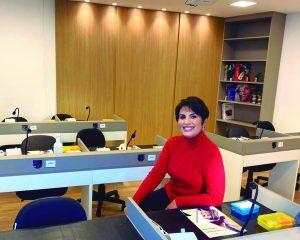 A cirurgiã-dentista Dra. Lussara Manhães no seu espaço de treinamento no Ed. Medical Center