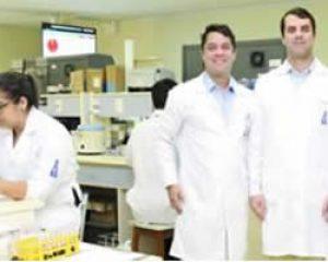 Os diretores Drs. Carlos Bacelar, Renato Bacelar e Pedro Bacelar parabenizam os médicos pelo seu dia